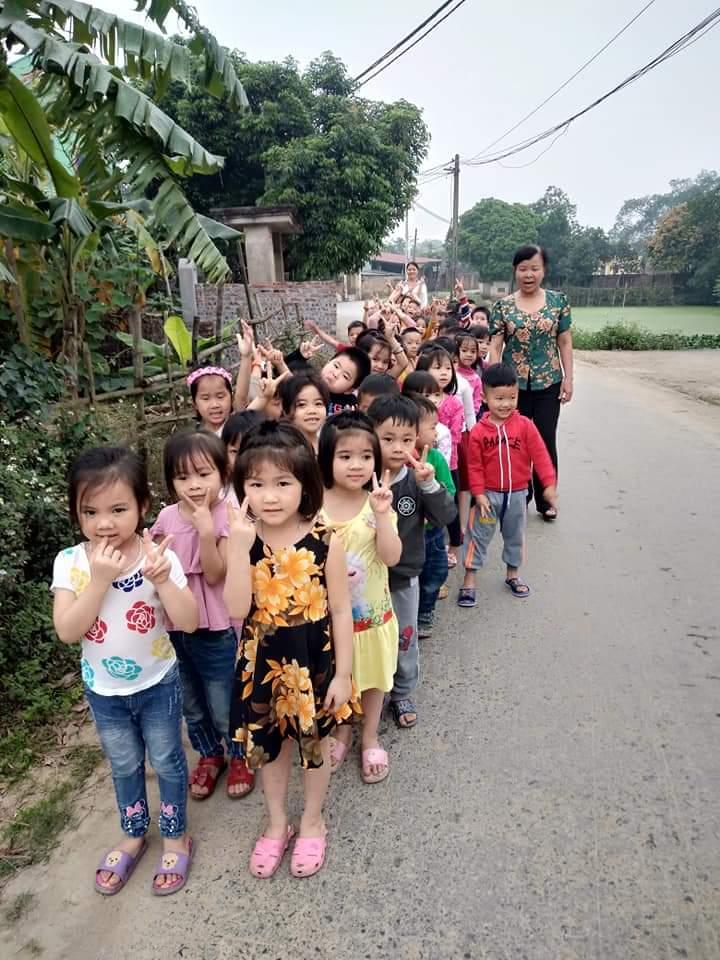 Các con đi thăm đường làng