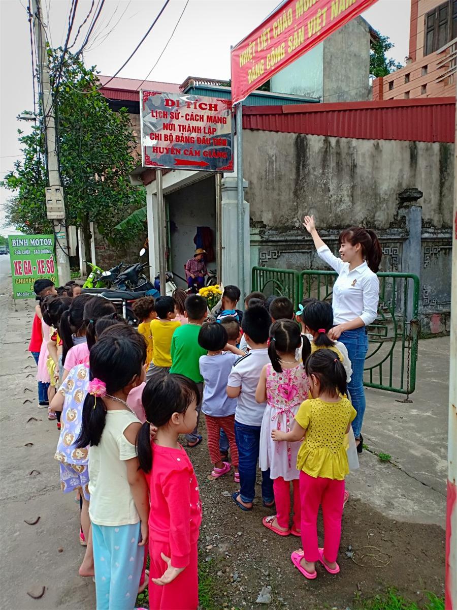 Các con thăm di tích lịch sử nơi thành lập chi bộ đảng đầu tiên của huyện Cẩm Giàng