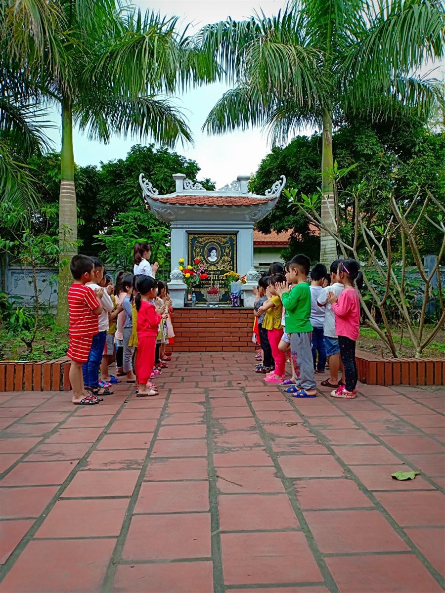 Trẻ thăm mộ bà Ngô Thị Sâm ( Bà Ba Miễn)