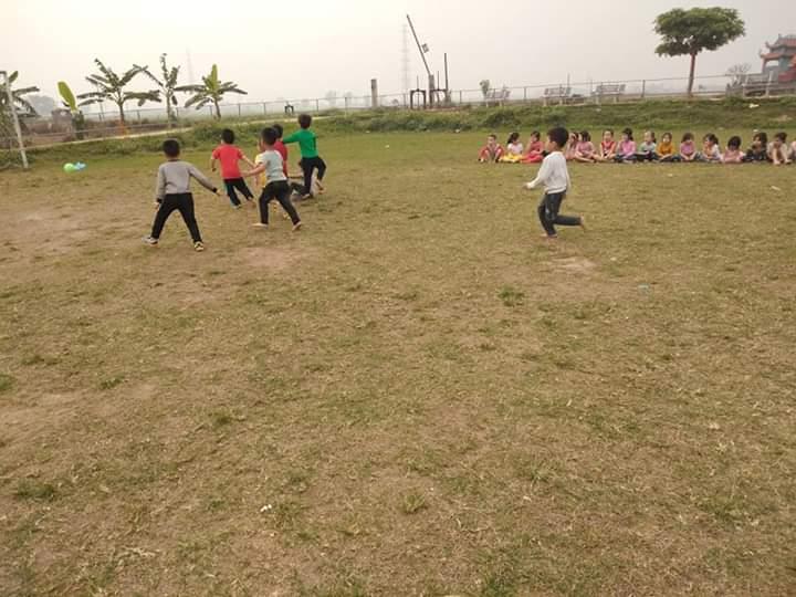 Trẻ chơi đá bóng